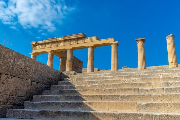Vue de dessous depuis les escaliers des anciens piliers grecs de l'acropole de lindos rhodes.
