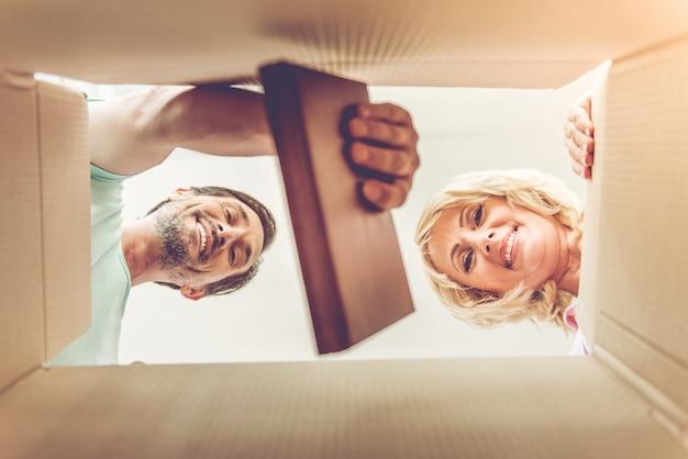 Vue de dessous du beau couple mature, regardant la caméra.