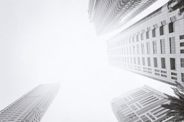 Vue de dessous du gratte-ciel moderne. quartier des affaires en noir et blanc