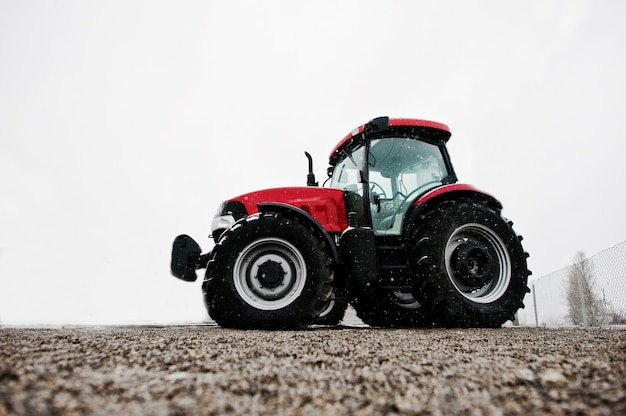 Vue de dessous du nouveau tracteur rouge