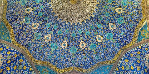 Vue de dessous du plafond de la mosquée jameh abbasi en iran