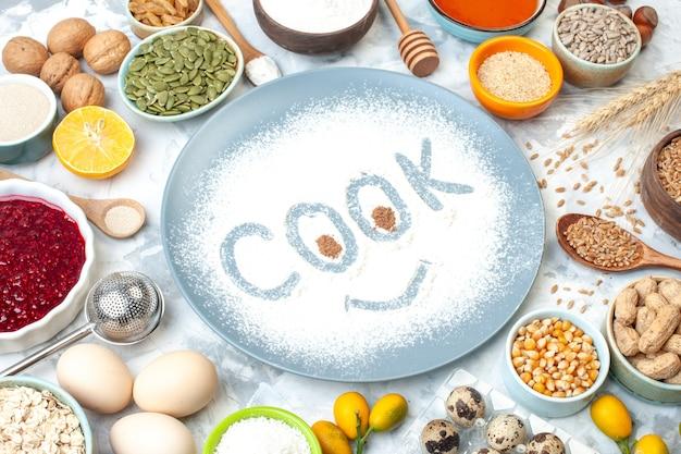 Vue de dessous empreinte de cuisinier sur de la farine en poudre sur une assiette ronde et d'autres aliments sur un tableau blanc