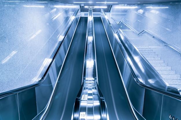 Vue de dessous des escaliers mécaniques