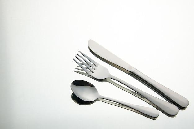 Vue de dessous fourchette cuillère couteau avec reflet dans le miroir lieu de copie