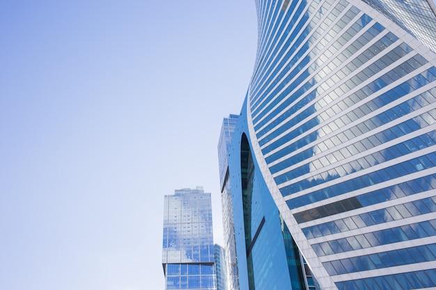 Vue de dessous des gratte-ciel de moscou-city avec un design futuriste avec reflet des nuages