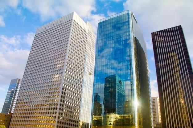 Vue de dessous des gratte-ciel de verre du quartier des affaires de paris la défense contre un ciel bleu nuageux