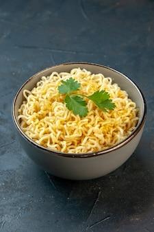 Vue de dessous nouilles ramen asiatiques avec coriandre dans un bol sur une table sombre