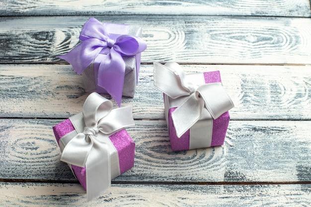 Vue de dessous petits cadeaux sur fond de bois