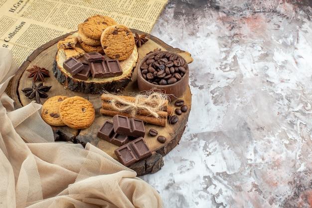 Vue de dessous planche rustique en bois avec bol à biscuits avec grains de café torréfiés bol de cacao au chocolat bâtons de cannelle sur table espace libre