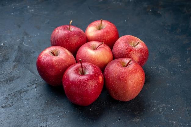 Vue de dessous pommes rouges fraîches sur table sombre