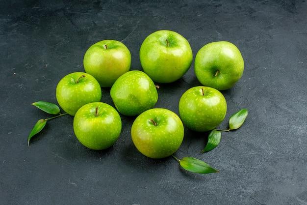 Vue de dessous des pommes vertes sur une surface sombre
