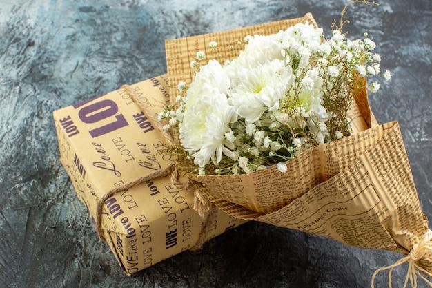 Vue de dessous saint valentin détails bouquet de fleurs cadeau sur fond gris