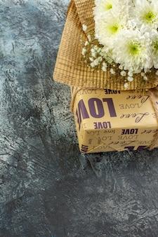 Vue de dessous saint valentin détails bouquet de fleurs cadeau sur fond sombre espace libre