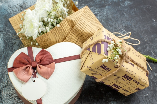 Vue de dessous saint valentin détails fleurs cadeau boîte en forme de coeur sur fond sombre