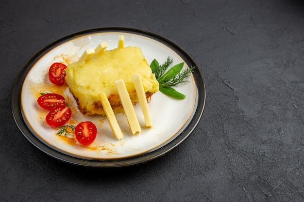 Vue de dessous sandwich au fromage sur plaque torchon à carreaux jaune et blanc sur fond sombre