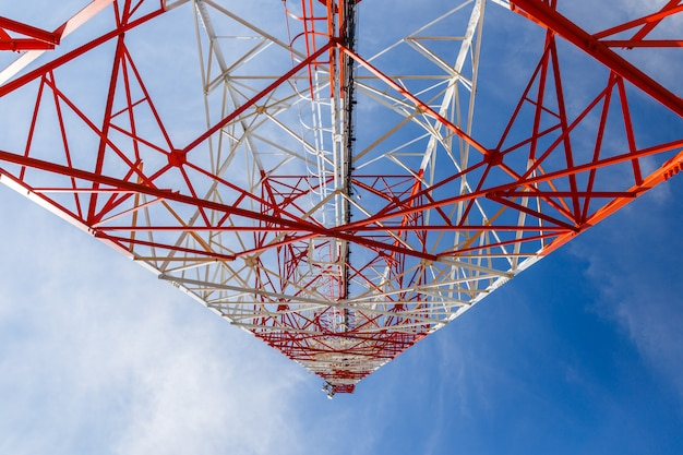Vue de dessous d'une tour de télécommunication