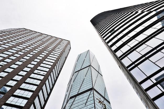 Vue de dessous de trois bâtiments