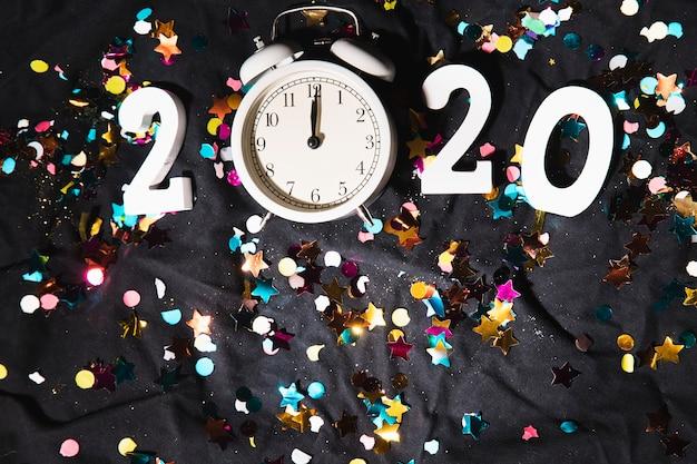 Vue de dessus 2020 signe du nouvel an avec horloge