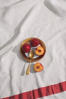 Vue de dessus des abricots sur la disposition de la plaque