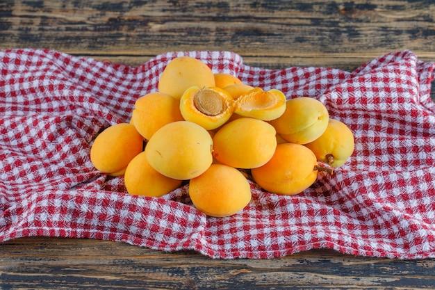 Vue de dessus d'abricots sur une toile de pique-nique