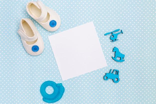 Vue de dessus des accessoires de bébé mignon petit