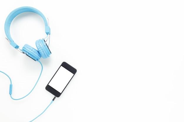 Vue de dessus accessoires bureau bureau.smartphones casque sur fond blanc avec copie espace.
