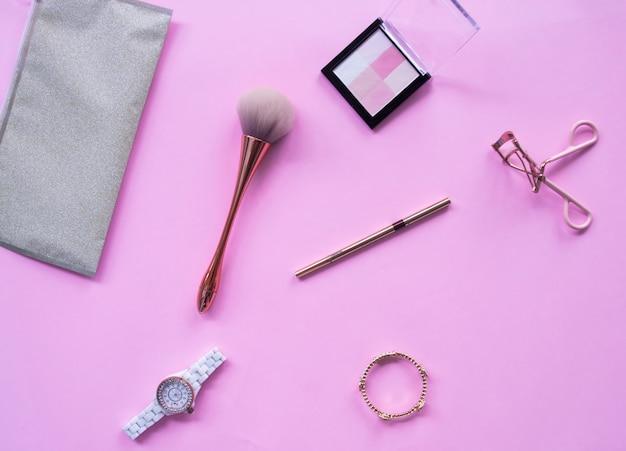 Vue de dessus des accessoires cosmétiques pour les femmes.