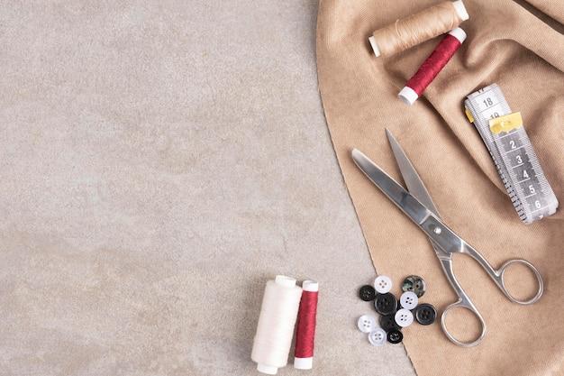 Vue de dessus des accessoires de couture avec espace copie