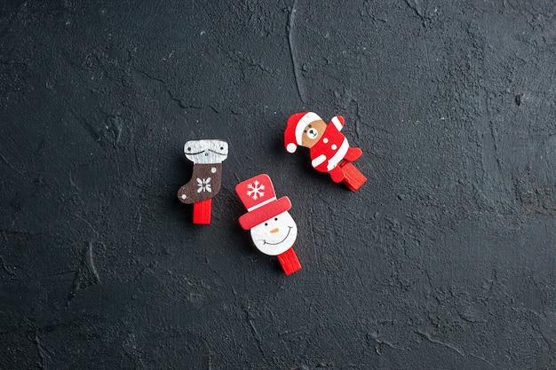 Vue de dessus des accessoires de décoration du nouvel an sur une surface noire