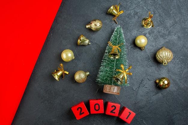 Vue de dessus des accessoires de décoration et des numéros d'arbre de noël sur fond sombre