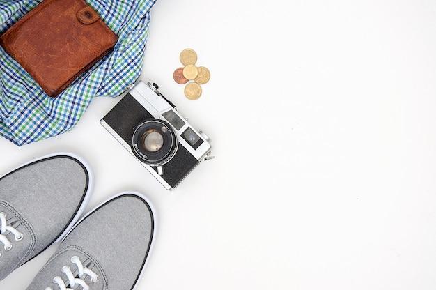 Vue de dessus des accessoires du voyageur, articles de vacances à plat poser