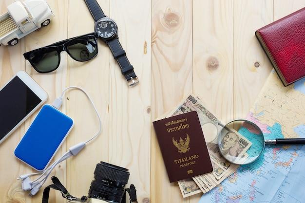 Vue de dessus des accessoires du voyageur, voyage et concept de vacances pour le fond