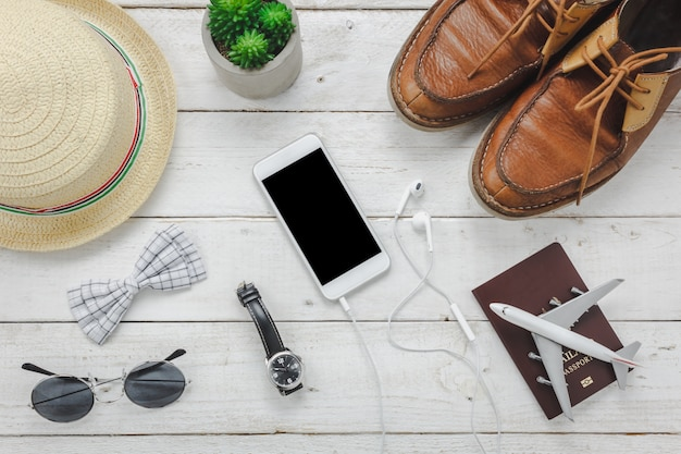 Vue de dessus des accessoires essentiels pour voyager.