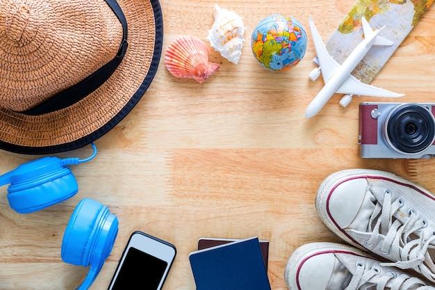 Vue de dessus des accessoires d'été de plage avec espace copie