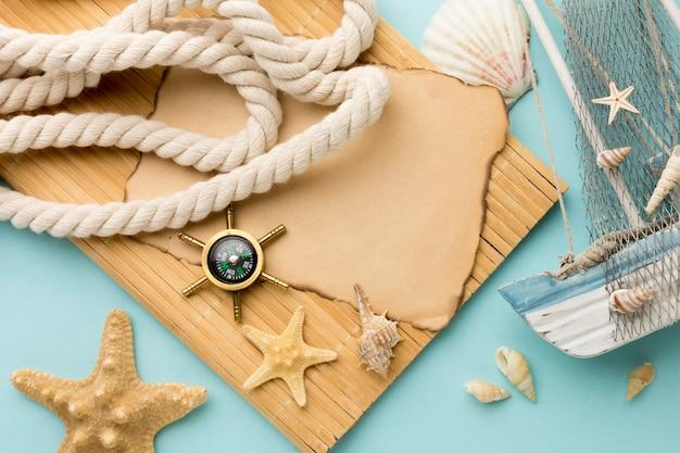 Vue de dessus des accessoires d'été sur la table
