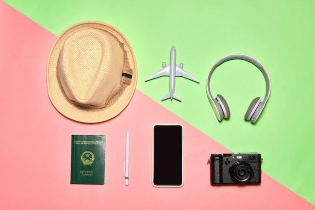 Vue de dessus, accessoires d'objet plat du concept de voyage ou de vacances d'été avec un espace vide sur fond bleu