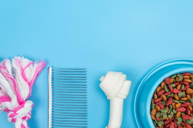 Vue de dessus des accessoires pour animaux avec bol de nourriture sèche