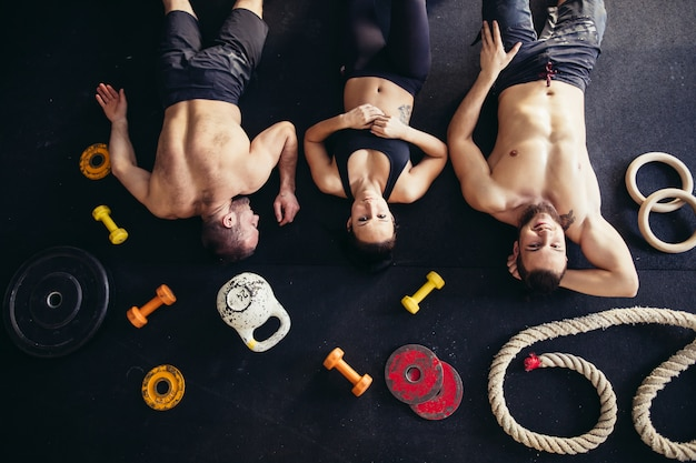 Vue de dessus des accessoires pour fitness et athlète d'arbre allongé sur le sol