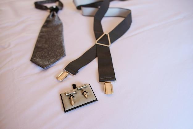 Vue de dessus des accessoires pour hommes sur