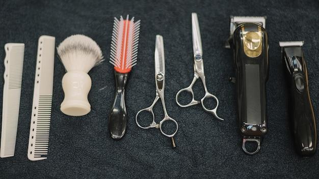 Vue de dessus des accessoires de salon de coiffure