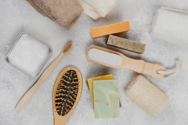 Vue de dessus des accessoires de spa et du savon