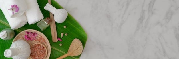 Vue de dessus des accessoires de spa avec serviette blanche, huile aromatique, sel de spa et espace de copie