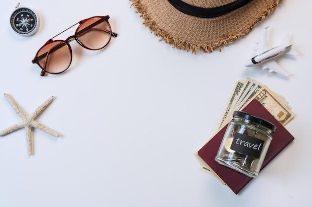 Vue de dessus des accessoires de voyage sur fond de couleur blanche, concept de voyage. mise à plat, copie espace