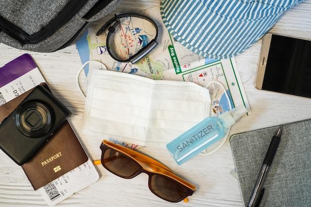 Vue de dessus des accessoires de voyageur nécessaires pour se protéger du covid-19 ou du coronavirus
