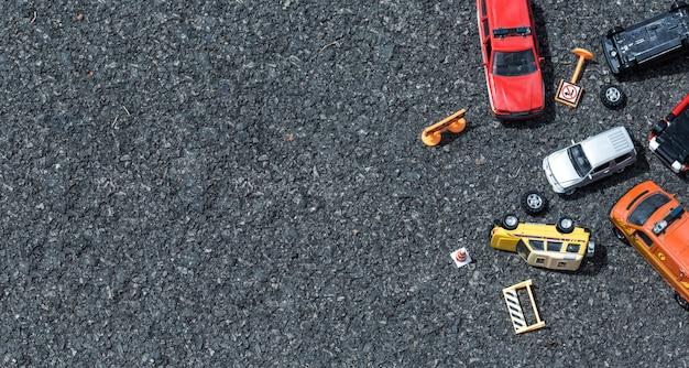 Vue de dessus d'un accident de voiture (miniature, jouet) dans la rue concept d'assurance.