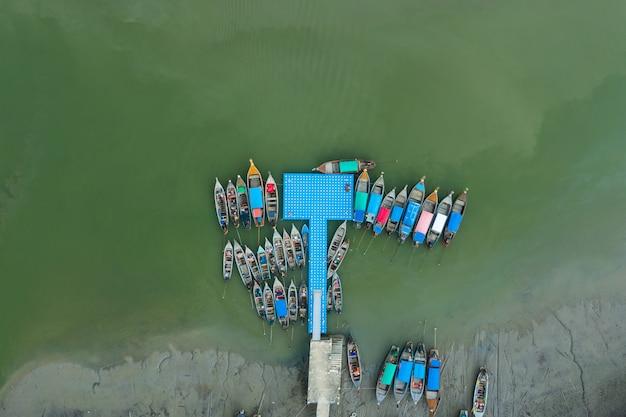 Vue de dessus aérienne de la marina du bateau à longue queue