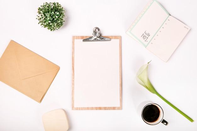 Vue de dessus affaires ensemble portable page blanche coupe fleur kalla