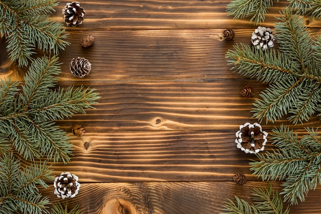 Vue de dessus aiguilles de pin naturel et cônes de conifères