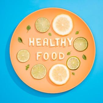 Vue de dessus des aliments sains au citron et au citron vert