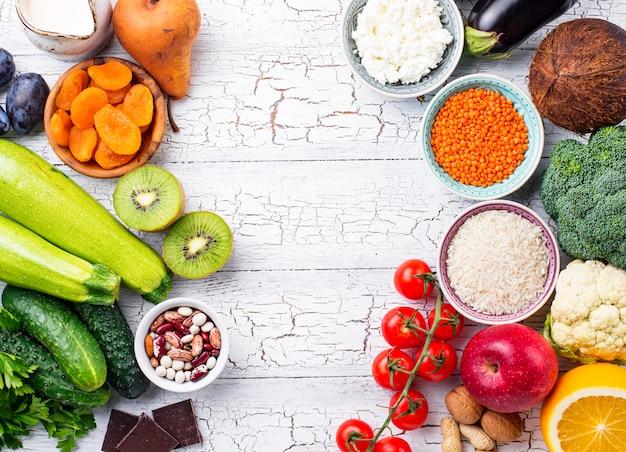 Vue de dessus des aliments sains avec fond
